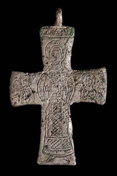 Croix pendentif en argent au décor gravé...