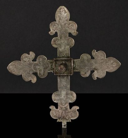 Croix reliquaire en argent gravé. Extrémités...