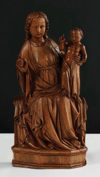 Vierge à l'Enfant en noyer sculpté, dos ébauché....