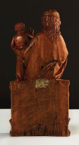 Vierge à l'Enfant en noyer sculpté, dos ébauché. Assise sur un banc-trône, le buste...