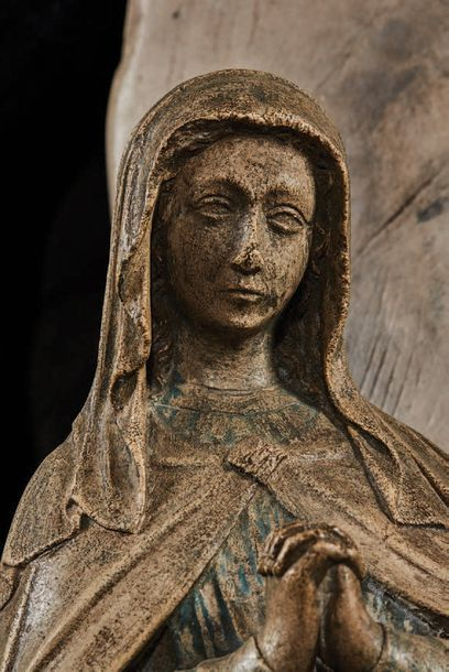 Partie centrale de retable en pierre calcaire sculptée en fort relief avec traces...