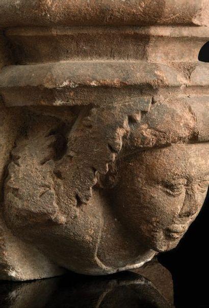 Culot en pierre calcaire sculptée avec buste de femme coiffée d'un chaperon façonné...