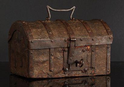 Coffret au couvercle bombé à âme en chêne recouvert de cuir incisé à décor de feuillages;...