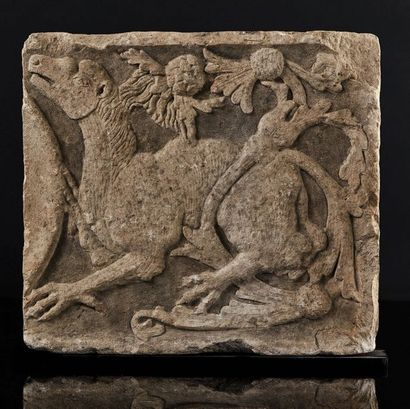 Partie de frise en pierre calcaire sculptée...