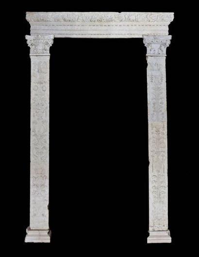 Important encadrement de porte en marbre...