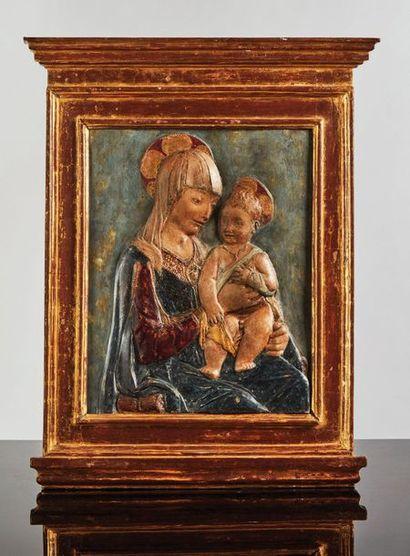 Vierge à l'Enfant en stuc polychrome. La...
