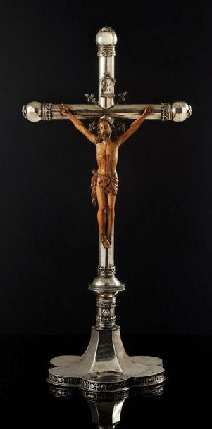 Grande croix d'autel en argent fondu, ciselé...
