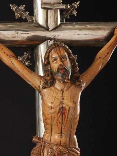 Grande croix d'autel en argent fondu, ciselé et ajouré avec Christ en ivoire sculpté...