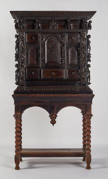 Cabinet en noyer sculpté ouvrant à huit tiroirs...