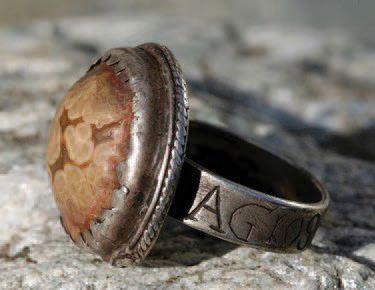 Anneau pastoral de cistercien en argent avec chaton de forme ovale serti d'un camée...