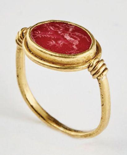 Bague sceau en or et rubis. Intaille sertie...