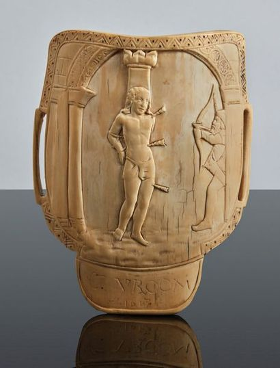 Brassard d'archer en ivoire sculpté en bas-relief....