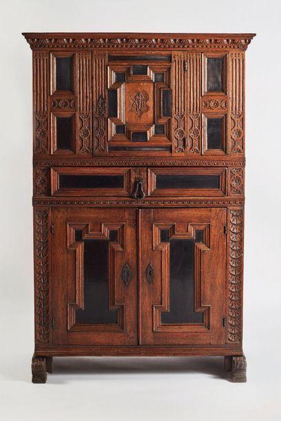 Petite armoire en chêne sculpté, mouluré...