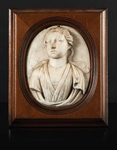 Buste de jeune fille en marbre sculpté en...