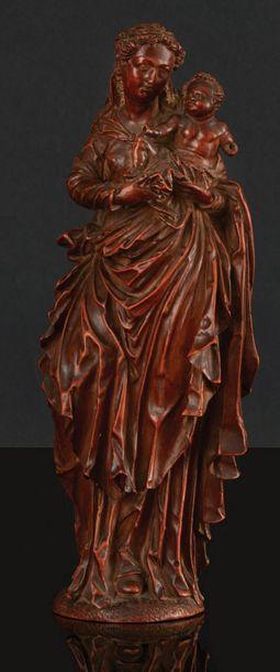 Vierge à l'Enfant en buis sculpté en ronde-bosse....