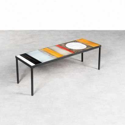 ROGER CAPRON 1920-2006 Table basse modèle «Soleil» Faience émaillée polychrome et...