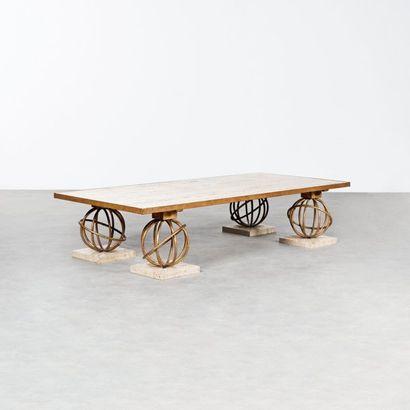 Jean ROYERE 1902-1981 Importante table basse modèle «Sphère» Métal doré et travertin...