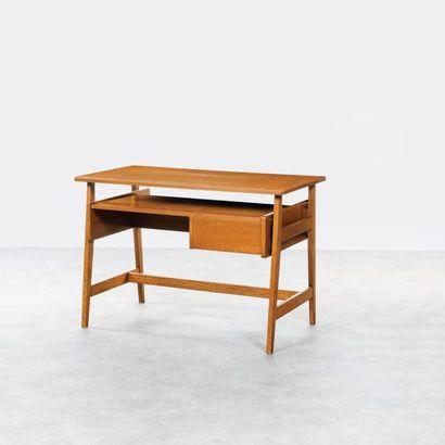 MICHEL MORTIER (attribué à) Bureau d'écolier Chêne et laiton Vers 1950 H_75 cm L_110,5...