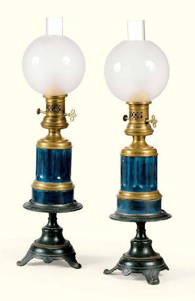 * PAIRE DE LAMPES À PÉTROLE EN TÔLE LAQUÉE...