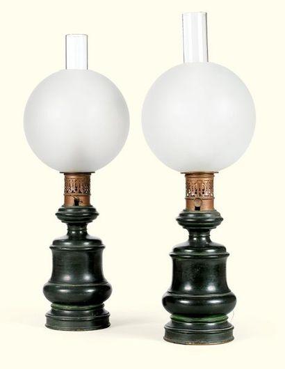 PAIRE DE LAMPES À PÉTROLE EN TÔLE PEINTE...