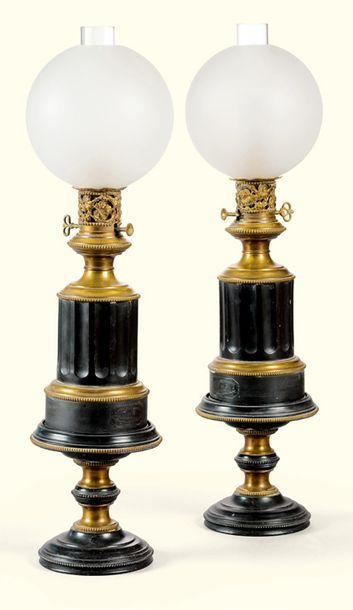 PAIRE DE LAMPES TÔLE PEINTE NOIRE ET LAITON...