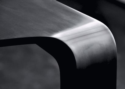 Edge table - Série limité Table en corian noir satiné. Première d'une série limitée...