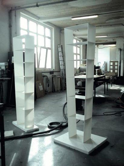 Upside down - Prototype Étagère en corian blanc. H_200 cm L_48 cm P_25 cm