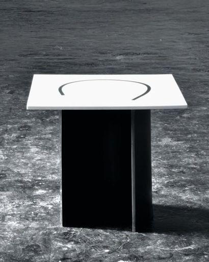 Side table - Épreuve d'artiste Table en corian noir et blanc. H_45 cm L_50 cm P_50...