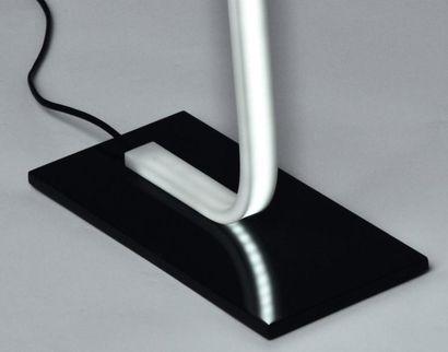 SW Standing - Prototype Lampadaire en corian blanc et noir. 12 volts. H_200 cm L_18...