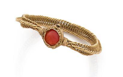 ART ISLAMIQUE MÉDIÉVAL, XIE-XIIIE SIÈCLES. Bracelet forme de fils tresses, le fermoir...
