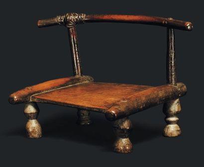 Chaise. Côte d'Ivoire - Bois, cuir. Très...