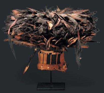 Chapeau, Cameroun - Bois. plumes, vannerie. Imposant chapeau royal, grande quantité...