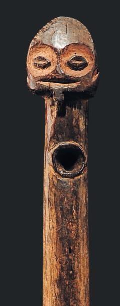 Trompe Mambila, Cameroun - Bois. Avec à son extrémité une tête anthropomorphique,...