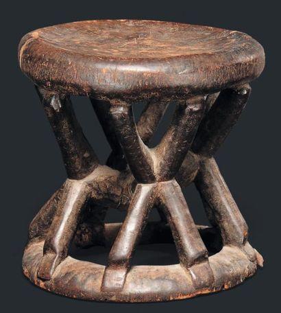 Tabouret Cameroun - Bois, peau, métal. Le plateau supérieur cylindrique supporté...