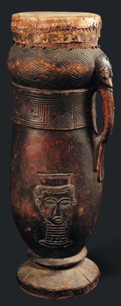 Tambour Kuba, Congo - Bois, peau animal. Dont un bras surmonté d'un visage ornent...