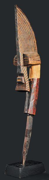 Couteau Songye - RDC - Bois. Le manche, surmonté...
