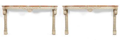 PAIRE DE CONSOLES D'APPLIQUES en bois sculpté et laqué gris. Deux montants à décor...