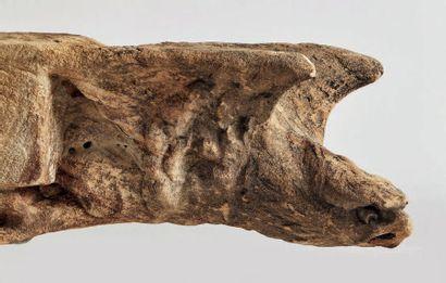 PAIRE DE GARGOUILLES en grès sculpté avec restes de patine grise. Elles figurent...