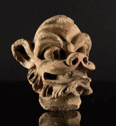 LOT DE DEUX TÊTES d'animal fantastique en pierre calcaire sculptée, l'une barbue...