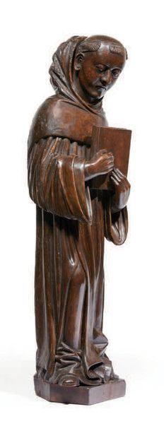 SAINT ABBÉ en noyer sculpté en ronde-bosse. Debout et de canon élancé, il tient...