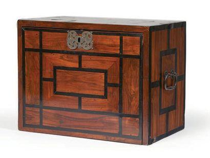 PETIT CABINET en placage de palissandre, bois de rose, ébène, écaille et ivoire...
