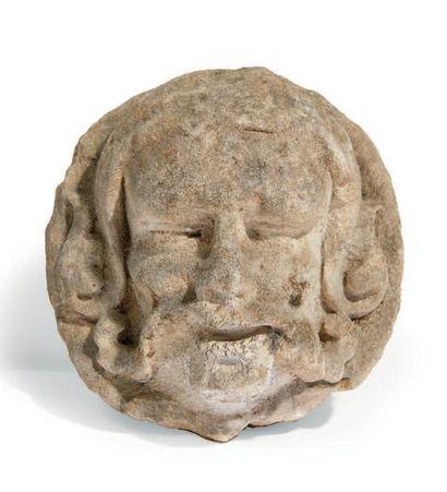 TÊTE D'HOMME en pierre calcaire sculptée, moustaches feuillagées. Fin du XVe siècle...