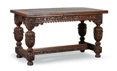 TABLE en chêne, piètement abondamment sculpté...