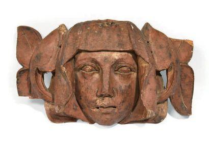 TÊTE DE FEMME sculptée en fort relief en résineux monochromé. Visage encadré d'un...