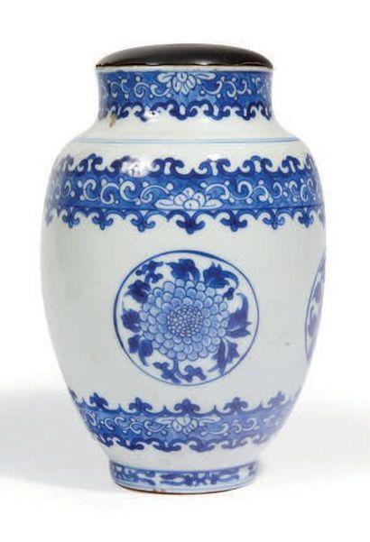 POT en porcelaine bleu blanc à décor de quatre...