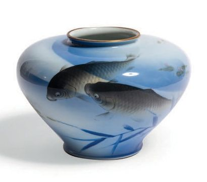 VASE en porcelaine du Japon décoré de deux...