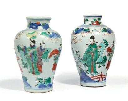 DEUX VASES BALUSTRES en porcelaine décorée...