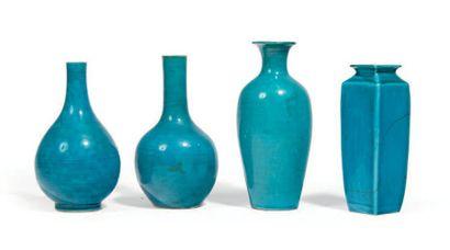 QUATRE VASES en porcelaine émaillée turquoise,...