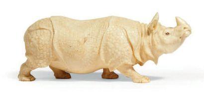 OKIMONO en ivoire, rhinocéros debout, les yeux incrustés de nacre. Signé. Japon,...