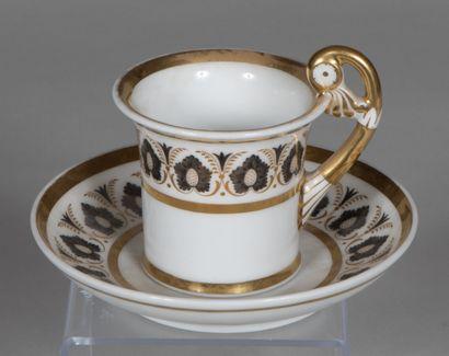 PARIS  Tasse jasmin à anse élevée en porcelaine...